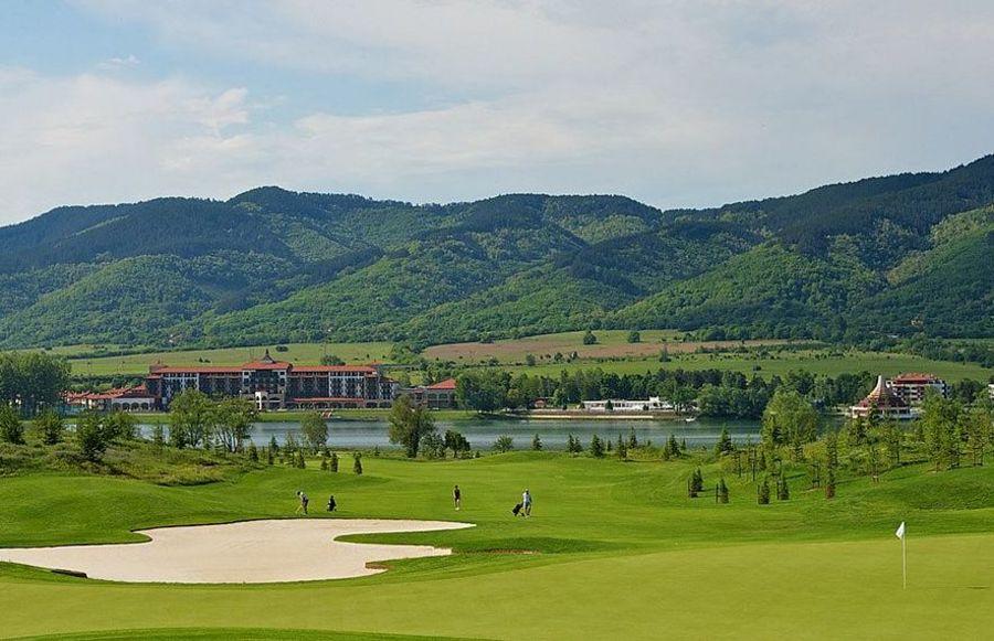 През седмицата в РИУ Правец с безплатен урок по голф, басейн и термална СПА зона. Цени със закуска и вечеря